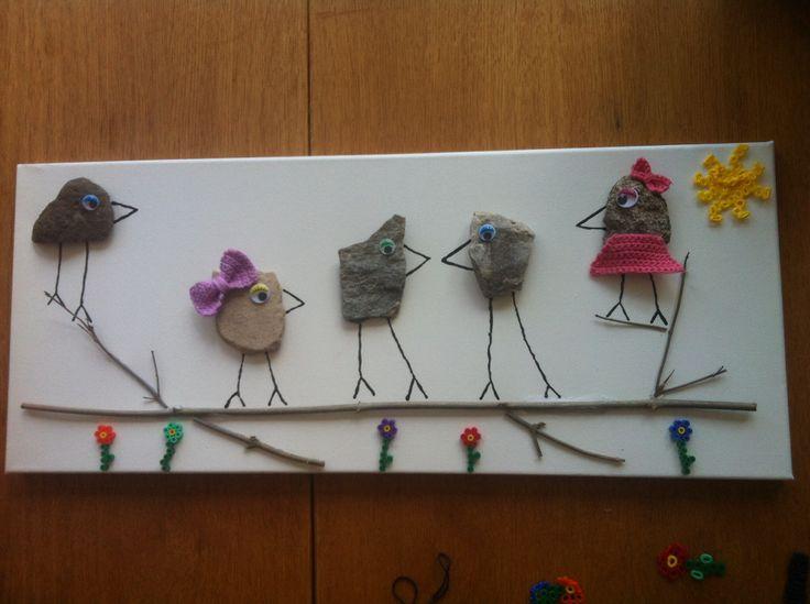 DIY billede lavet til min mormors 75 års fødselsdag. Symbolisere hendes 5 børnebørn.  Der er brugt et lærred som er blevet spraymalet. Der er limet sten, gren og perler på (solen er smeltet perler), der er hæklet sløjfer og en nederdel som også er limet på. Der er brugt en 3D liner til at male benene og næb.