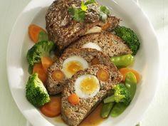 Hackbraten mit Eiern und Möhren gefüllt ist ein Rezept mit frischen Zutaten aus der Kategorie Fleisch. Probieren Sie dieses und weitere Rezepte von EAT SMARTER!