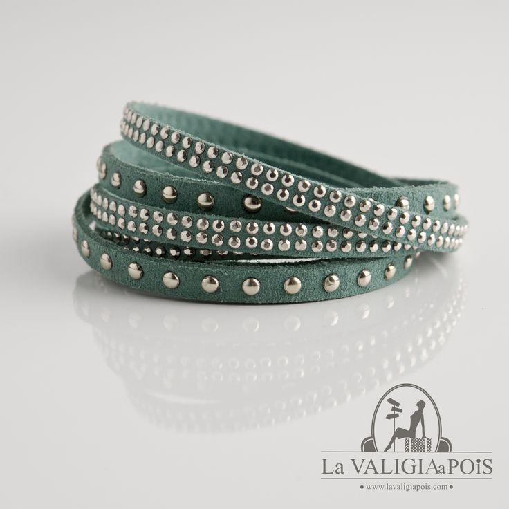 Braccialetto in camoscio verde smeraldo con una fila di brillantini ed una fila di piccole borchie dorate.