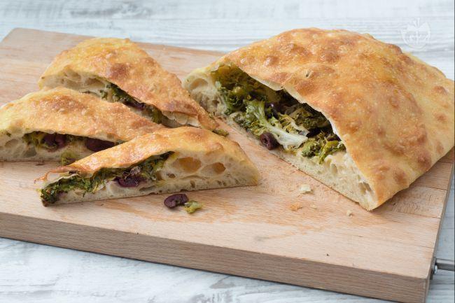 Il Maestro panificatore Franco Pepe ha preparato per Giallozafferano la pizza di scarola: una fragrante focaccia farcita con scarola, capperi e olive!