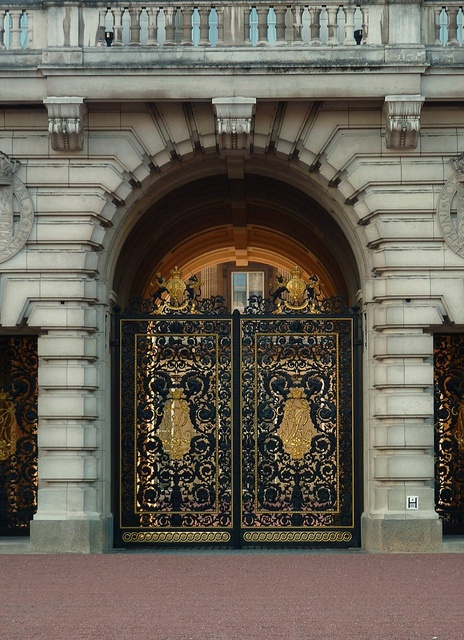 Buckingham Palace entrance to the inner courtyard. Hyde Park Corner, London, England