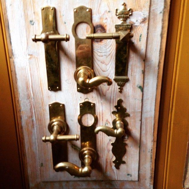 De klassiske #greb #krykgreb #s-greb #empiregreb alle i #messing på moderne #langskilte der passer til de moderne #låse forsikringsselskaberne kræver på vores gamle #hoveddøre. #dørgreb #dørhåndtag #tibberuphoekeren
