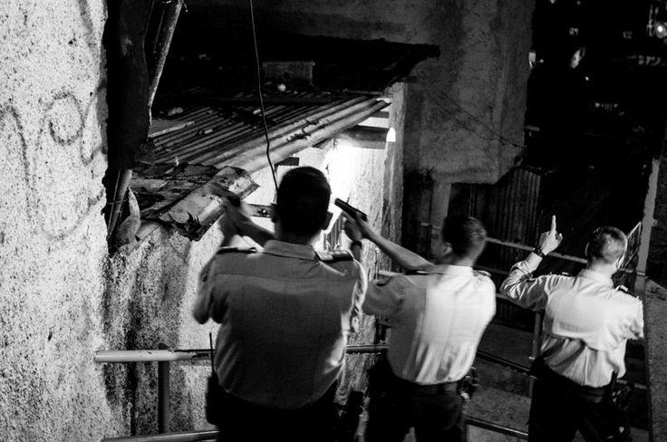 Oficiales de la unidad de intervenciones de la policía de Sucre hacen una incursión en el barrio La Bombilla en búsqueda de los responsables de un tiroteo momentos antes. | Créditos: Alejandro Cegarra