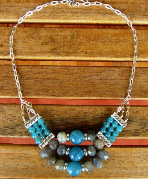 Para animar cualquier look! Collar corto montado en plata, ágatas azules y labradorita. Mil Onzas Joyas #joyas #gemas #moda #collares #milonzas
