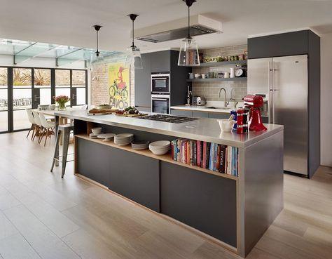 cuisine ouverte sur salon et salle à manger avec armoires noir mat, plan et frigo inox