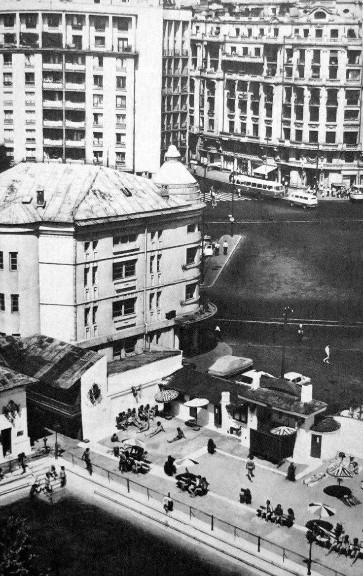 Veche cladire a Operetei, pe amplasamentul careia se afla astazi blocurile gemene de la Piata Natiunilor Unite. Langa aceasta, un strand.  foto: George Serban