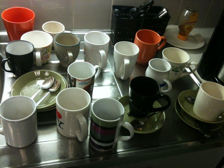 Kahvihuoneessa pirteää porukkaa ja naurua joka päivä klo 13.30. Perjantaisin lisäksi pullaa. www.teekkarintyokirja.fi/fi/wanted-teekkarin-tyokirjalle-paatoimittaja #ttkirja #rekry #duunit #toimisto
