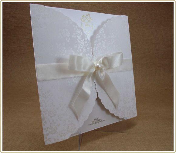 Envelope em papel Opalina 240 grs impressão perolizada , Interno em papel aspen 240 grs impressão em relevo epoxi. Acompanha até 300 individuais, papel opalina (Branco) 180 grs, impressão simples. Cortesia não substituída por nenhum outro item, basta ao cliente escolher se vai querer ou não.  Após fechado o pedido, estaremos enviando modelos de letras, frases e mensagens para ajudar na elaboração do layout, em até 2 dias úteis.  Após o envio de todos os dados, local, endereço, nome dos pais…