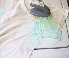 Frottez la tache jaune avec du liquide vaisselle, du bicarbonate et de l'eau oxygénée