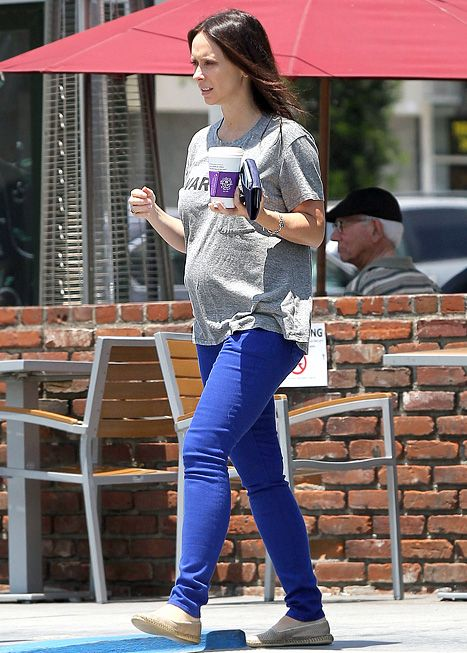 Jennifer Love Hewitt showing her baby bump