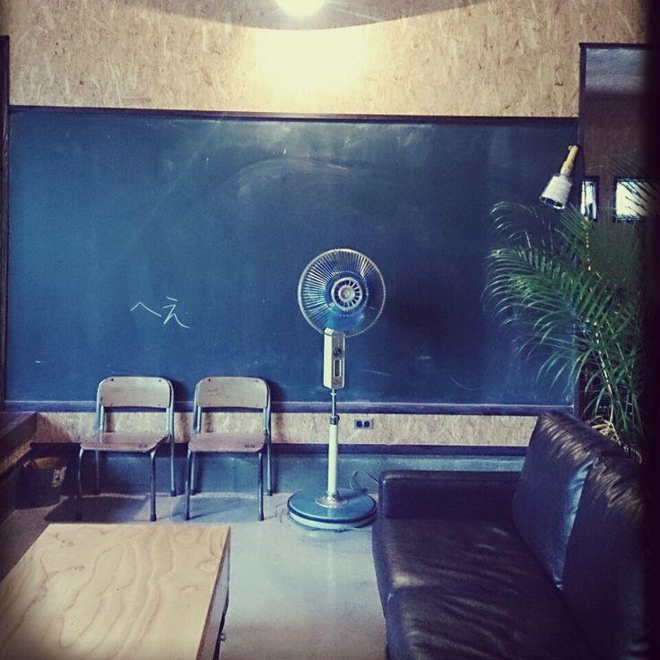 safehouse413さんの、リビング,観葉植物,土間,平屋,男前,山,ジャンクスタイルインテリア ,米軍ハウス,関西好きやねん会,昭和な扇風機,黒板のへえって文字は意味はない,のお部屋写真