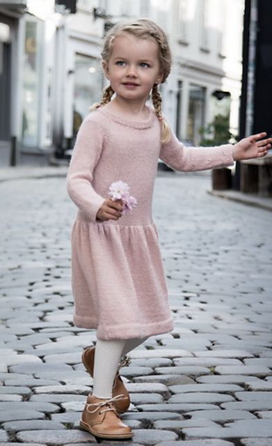 Стильное платье спицами для девочек