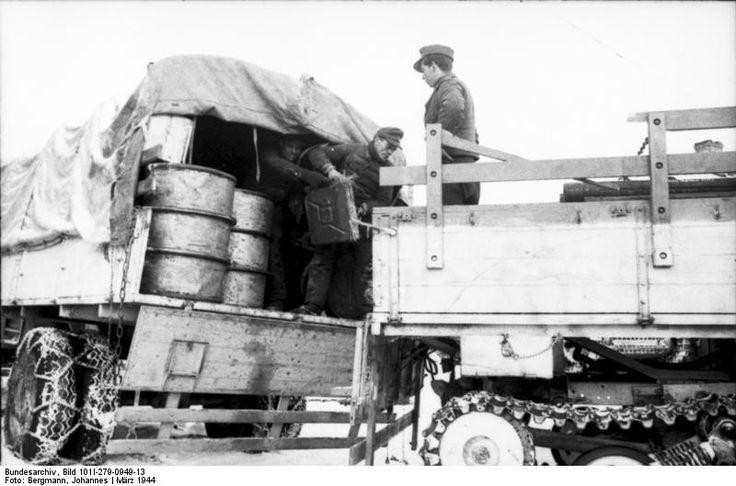 https://flic.kr/p/dwtMZN | Sd.Kfz. 3/5 Gleisketten Lastkraftwagen 4,5t « Maultier » (Mercedes-Benz L-4500R) | Sowjetunion, bei Witebsk.- Soldaten beim Verladen von Fässern und Kanistern von LKW auf Kettenfahrzeug »Maultier« (Sd.Kfz. 3); PK 697  Deutsches Bundesarchiv Bild 101I-279-0949-13
