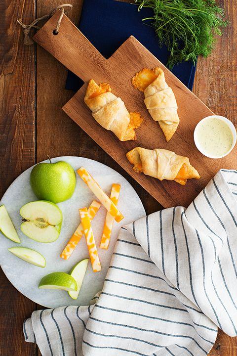 INGRÉDIENTS PAR SAPUTO | Nos croissants aux pommes et au fromage sont parfaits pour les journées froides d'automne! Accompagnée d'une trempette miel et moutarde, cette recette fera bien des heureux!