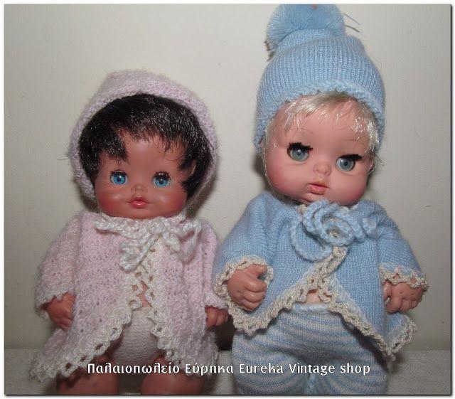 Το κοριτσάκι με τα ροζ ρούχα έχει το όνομα Cipa, από την σειρά Cipi & Cipa, από την δεκαετία του 1970's.  Το αγοράκι δεξιά είναι του 1969 από την σειρά Nini & Nana.  Έχουν ύψος περίπου 15εκ.   Και τα 2 φοράνε τα αυθεντικά τους ρούχα, είναι σε πολύ καλή κατάσταση.
