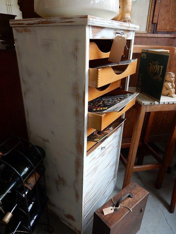 Brocant antiek rolluik kast met opberglades van hout. De kast is geschikt als archiefkast of een kast voor uw lp's. De kast is voorzien van een slot. De kast verkeerd in zeer goede staat. De afmetingen van de kast zijn: 113.5 cm hoog, 47.5 cm breed en 39.5 cm diep.  Prijs € 165,00