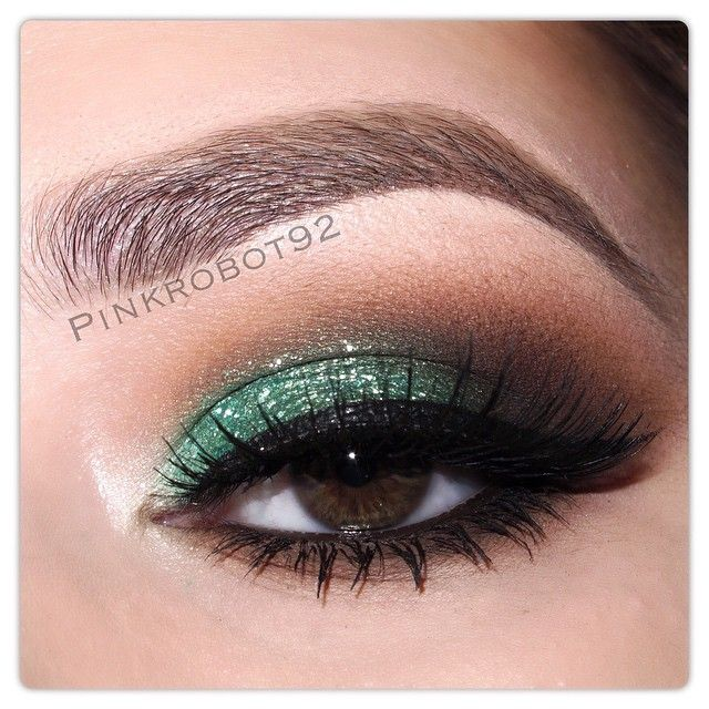 Metallic Emerald foil eyeshadow by @stilacosmetics on the lid Bengal and Chocolate eyeshadows from Tamanna Palette by @anastasiabeverlyhills in the crease Pearl eyeshadow by @motivescosmetics