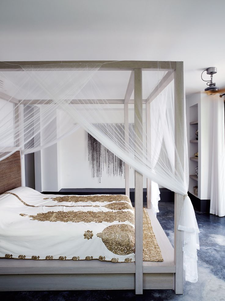 Karin Meyn | Canopy bed with golden coverlet