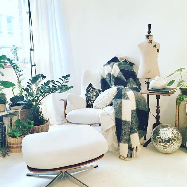 Wohnzimmer I Weisser Estrich Diskokugel Upcycling DIY Pflanzen Lichterkette Granit Sessel Sperrmll Decke Kissen Schneiderpuppe