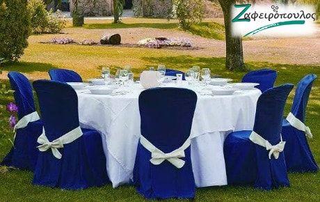Τραπεοζάντηλο για Ροτόντα γάμου οχτώ ατόμων σε αντίθεση με μπλε καλύμματα καρέκλας.