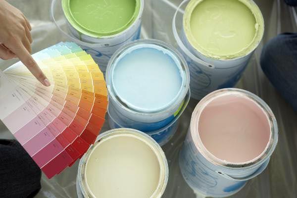 """4 ogni ambiente ha il suo colore ideale e soprattutto ogni colore ha un suo significato. Ad esempio colori come giallo e arancione sono ideali per dipingere le pareti del bagno, oppure per un soggiorno piccolo. Queste tonalità calde, stimolano l'attività mentale aumentando l'apporto di ossigeno al cervello e fanno sentire rinvigoriti e """"pronti all'azione""""."""