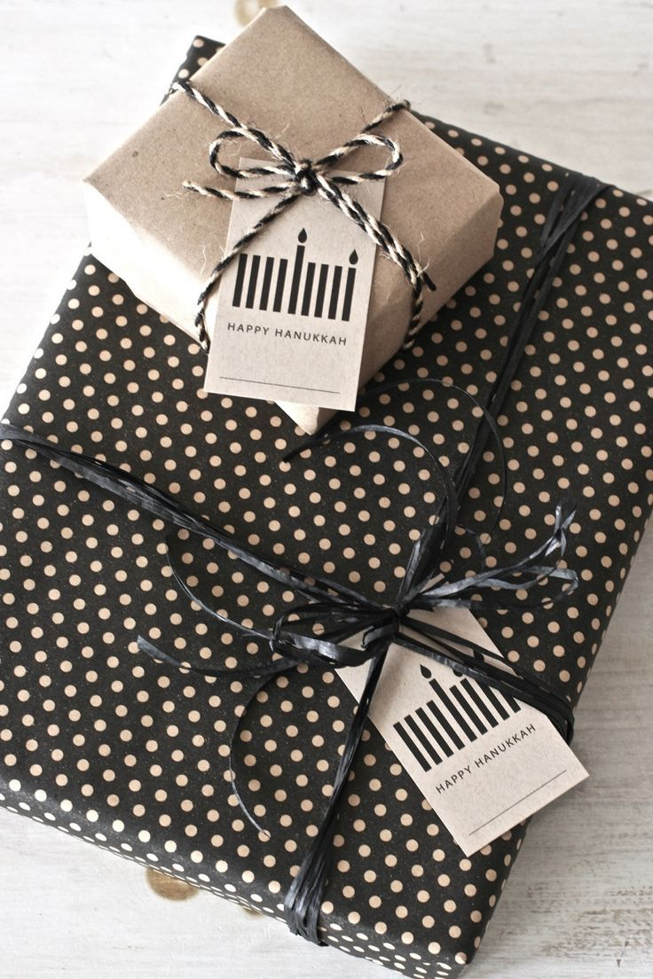 Enjoy a Scandinavian Modern Hanukkah with these chic Hanukkah gift tags made with brown bag paper. Key features: - 8 individual labels for each of the Hanukkah nights - Space to write in the recipient