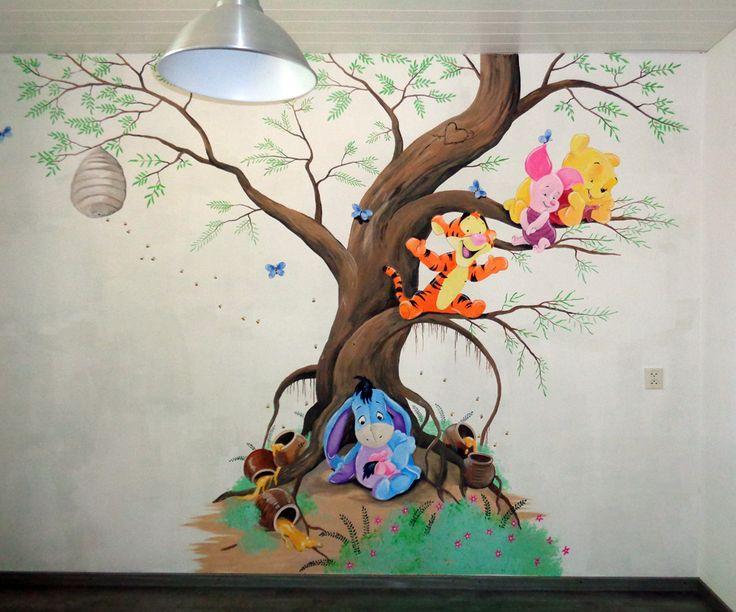 Winnie the Pooh muurschildering met bijenkorf, honingpotten, vlinders enz.