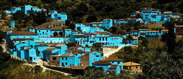 青色の妖精が主人公の人気漫画「スマーフ」の映画試写会のため、9000リットルものペンキを使って染められたスペイン南部マラガ県の町フスカル。実写とアニメーションを組み合わせて3D(立体映像)化したこの映画は、スペインでは8月、日本では9月に封切られる(2011年06月16日) 【EPA=時事】  ▼16Jun2011時事通信|スマーフ色の町 プレミアム写真館 2011年06月 http://www.jiji.com/jc/pp?d=pp_2011&p=201106-photo279 #Juzcar