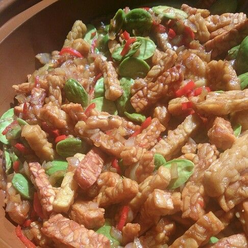 Tempeh peteh   500 gr tempeh 150 gr peteh beens  1 big onion  3 garlic gloves  2 red hot peppers  4 tsp fishsauce 4 tsp sojasauce   Oil for backing
