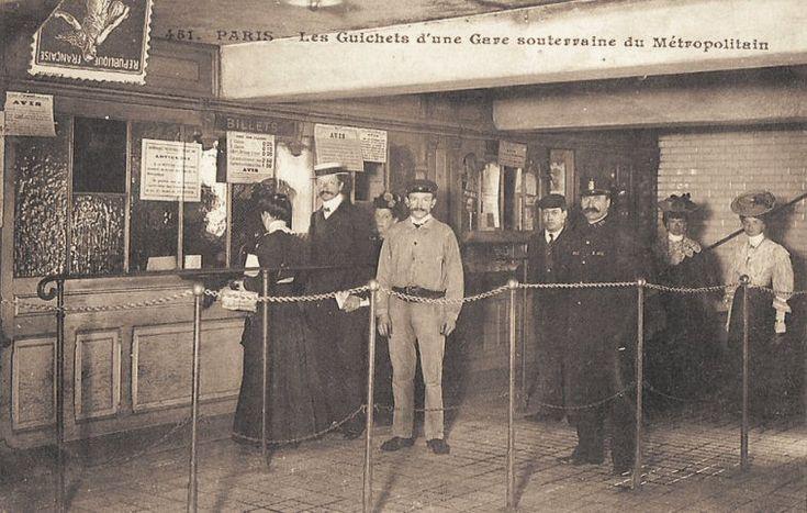 Le Métropolitain du Paris d'antan - Les guichets d'une gare souterraine du Métropolitain, vers 1910.