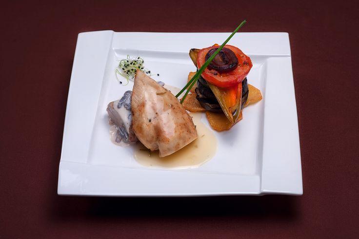 FEL PRINCIPAL Muşchiuleţ de porc şi piept de pui la cuptor Sos de salvie şi vin alb Sos de ciuperci Legume la grill şi cartofi aurii