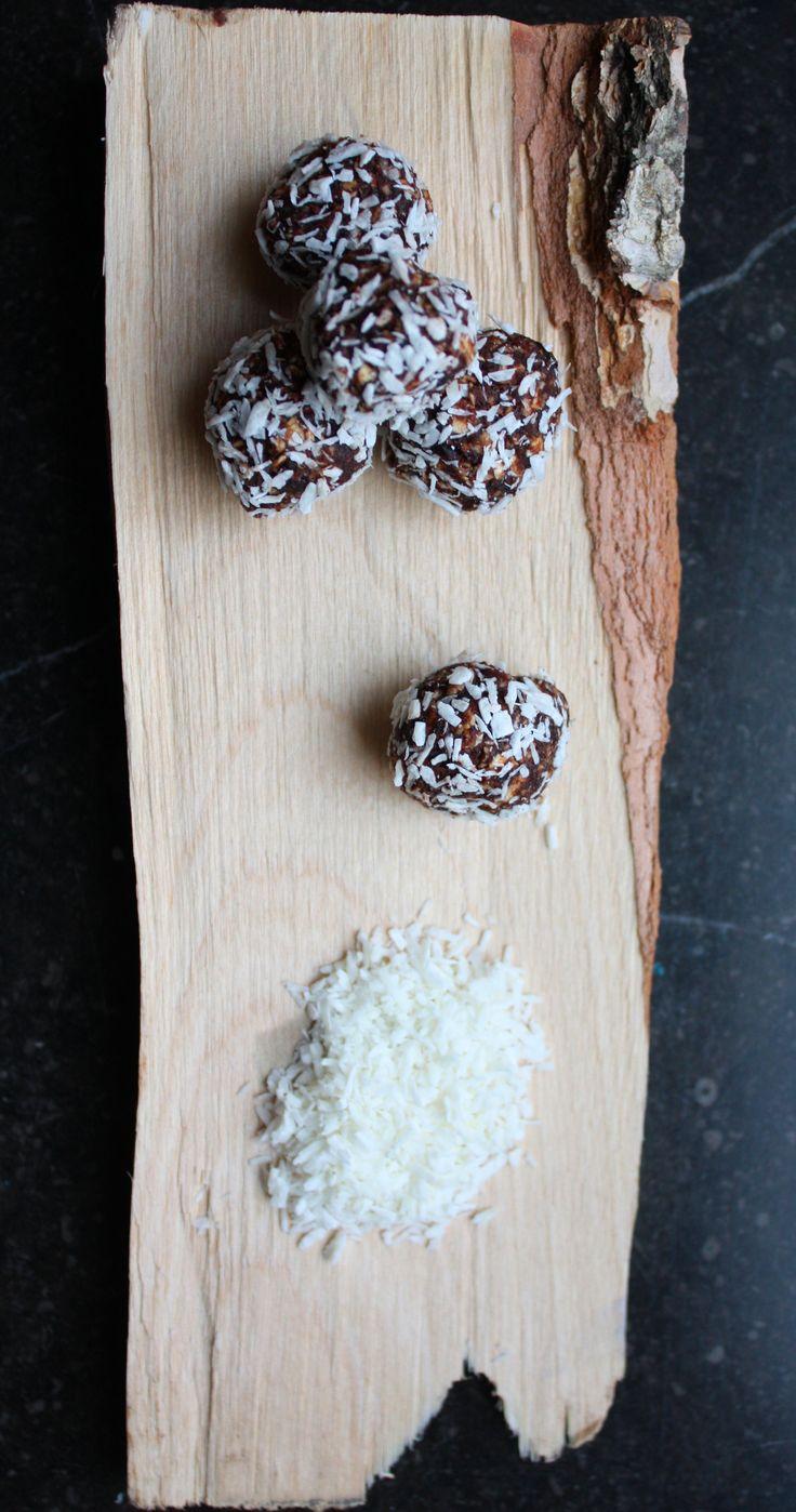 Dadelkugler med havregryn og kokosdrys | Et Liv I Balance