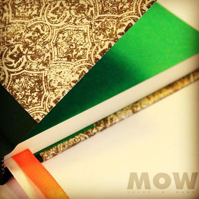 De la Colección Full Vintage... Mural. Doble cinta separadora. 100 hojas papel ahuesdo, tapa forrada en papel y vinilo. 14x20 cms. Aprox.