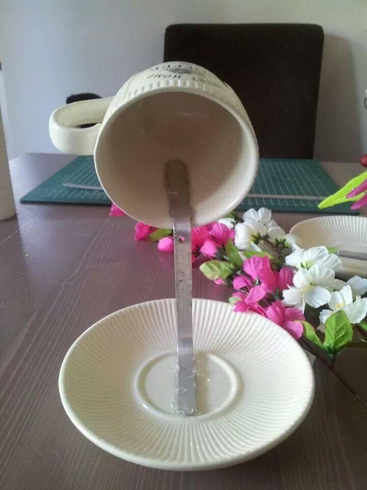 vliegend kopje maken en daarna versieren met bloemen e.d.