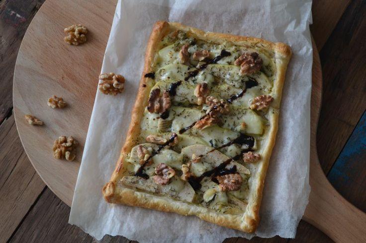 Makkelijke plaattaart met peer, gorgonzola en walnoten. De ingrediënten van deze makkelijk plaattaart passen bij de herfst en vormen een geweldige combi.