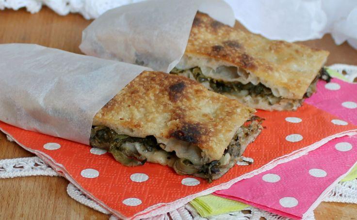 La pizza con le scarole è anche chiamata pizza 'mbuttunata ossia imbottita. Scarole, capperi e olive nere racchiusi da un soffice guscio di pizza.