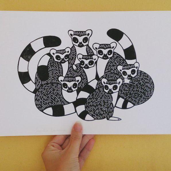 Linoleumdruk van ringstaart maki's in opdracht gemaakt voor Elise. Vandaag is haar beste vriendin jarig en ze krijgt de print cadeau. Ze hebben beide een gezin en zijn heel close met zijn allen net eem groep ringstaartmaki's!   #illustratie #illustration #lemur #lemus #ringtailedlemurs #maki #maki's #ringstaartmaki's #zwartwit #blackwhite #group #cute #kinderkamer #kidsroom #nurseryart #lino #linocut #linoprint #linoleumprint #linoleum #handgemaakt #handprinted #handpulled #milamade