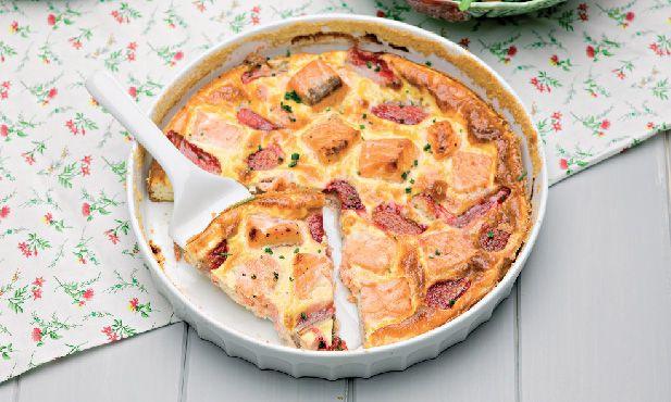 A receita de clafoutis de morangos e salmão é fácil de fazer e uma boa opção para partilhar num piquenique com as crianças