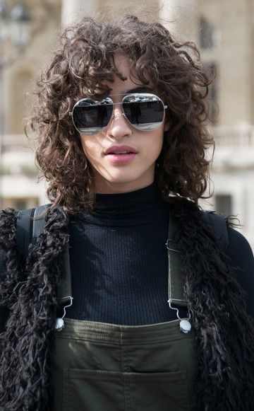 """Der """"Shag"""" machte das argentinische ModelMica Arganaraz berühmt – Locken sind dank ihr nun wieder voll im Trend."""