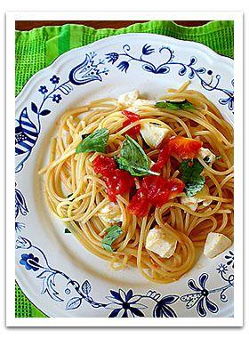 ◆トマト、モッツァレラ、バジルのフレッシュパスタ◆   大のお気に入りのパスタです。あっさりしていていくらでも食べれちゃいます。こういうあっさり系のパスタってアメリカではなかなか食べられないんですよねぇ。