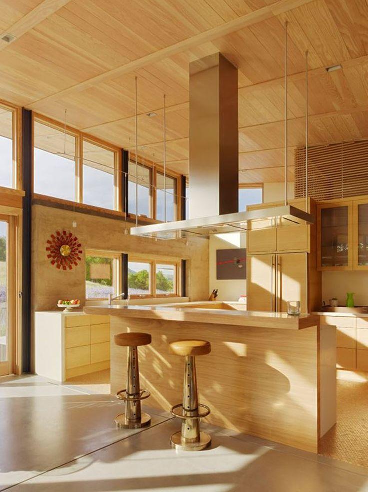 Cuisine aménagée ouverte presqu'entièrement réalisée en bois massif