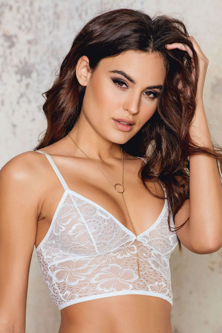 You're a hottie, we can tell. The Lace Floral Longline Bra by NA-KD is made of white lace and features adjustable shoulder straps, stretchy fabric and eight hook closure. Pair it with Floral High Waist Brief.