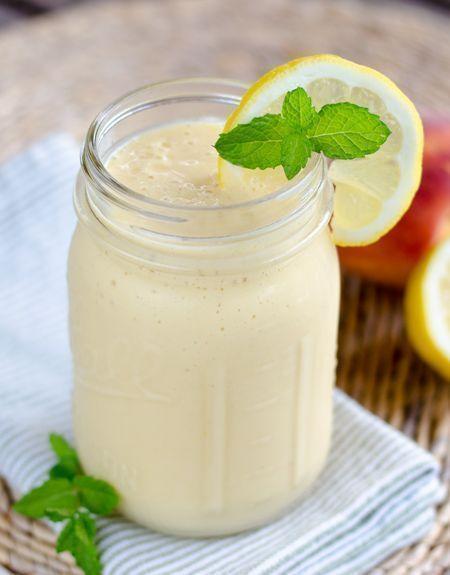 Peach Coconut Smoothie_ - 1 taza de leche de coco - 1 taza de hielo - 2 melocotones - Ralladura de limón