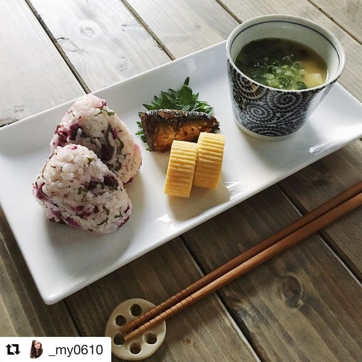 ほっこり、体が喜びそうな朝ごはん。長方形のお皿にのせると、スタイリッシュですね!  あなたの朝ごはんや朝の過ごし方をハッシュタグ「#朝時間」をつけて投稿してください♪すてきな写真は朝時間.jpのInstagramやサイト、アプリでご紹介させていただきます #朝美人アンバサダー #朝時間 #朝ごはん #ワンプレート朝食  #Repost @_my0610 さんより ・・・ 2017.1.30.(Mon.) . おはようございます☺︎ 昨日初めて入ったラーメン屋さんが ハズレで胃もたれ気味の朝です. 今日はさっぱりしたものを食べよう. . *しば漬け、しらす、大葉のおにぎり *なめことお豆腐、わかめのお味噌汁 *だし巻き卵 *秋刀魚の煮付け . .