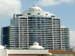 """PARAISO TROPICAL Frente al mar a solo 10 minutos de la Ciudad de Panamá. la primera torre de Playa  totalmente terminada está situada entre un hermoso bosque y el mar. Con un espectacular diseño Griego-Mediterráneo, estos apartamentos de una y dos recámaras combine la elegancia moderna con el encanto clásico. Los propietarios contarán con una membresía exclusiva al """"Pearl Club"""", con un magnifico restaurante, spa, gimnasio, piscina y extraordinarias amenidades a sólo unos pasos de la playa…"""