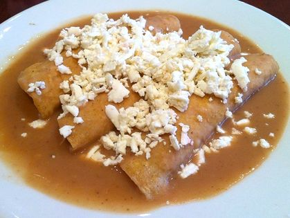 """Este gran """"comfort food"""" mexicano se puede preparar muy rápido si tienes frijoles ya hechos. Las enfrijoladas son de mis..."""
