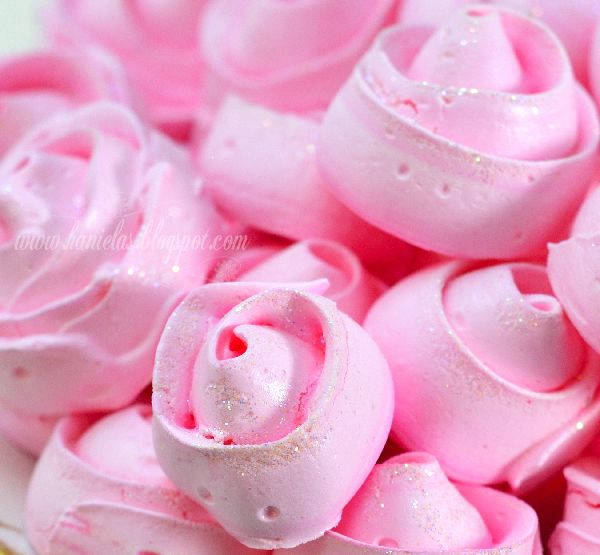 Icing Frosting cake decorating - Pink Meringue Roses from hanielas.blogspot...