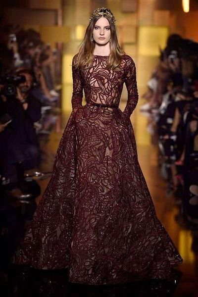 La marque Elie Saab présentait sa collection automne-hiver 2015-2016 lors des défilés Haute Couture de Paris. Découvrez toutes les photos de son défilé.