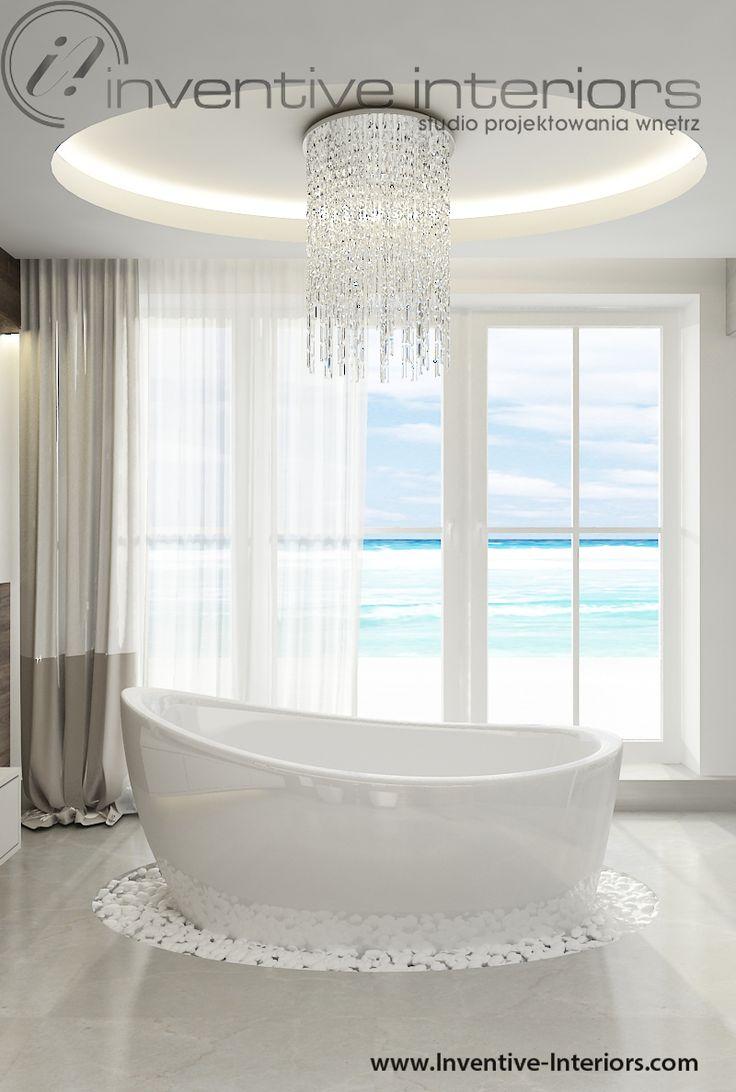 Projekt łazienki Inventive Interiors - rewelacyjny żyrandol nad wanną wolnostojącą, kamienie wokół wanny, salon kąpielowy z widokiem