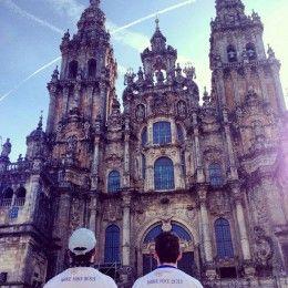 La Catedral de Santiago de Compostela está en Galicia y es el lugar de enterramiento reputado de Santiago el Grande. El edificio es una estructura románica con posteriores añadidos góticos y barrocos. ¡Qué hermoso fin a un viaje!